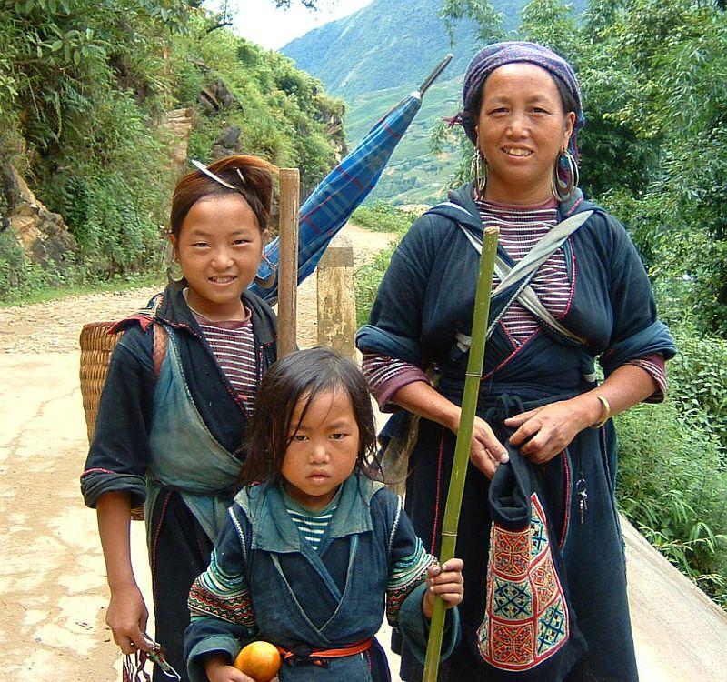 Des femmes de l'ethnie Hmong avec leur sacs