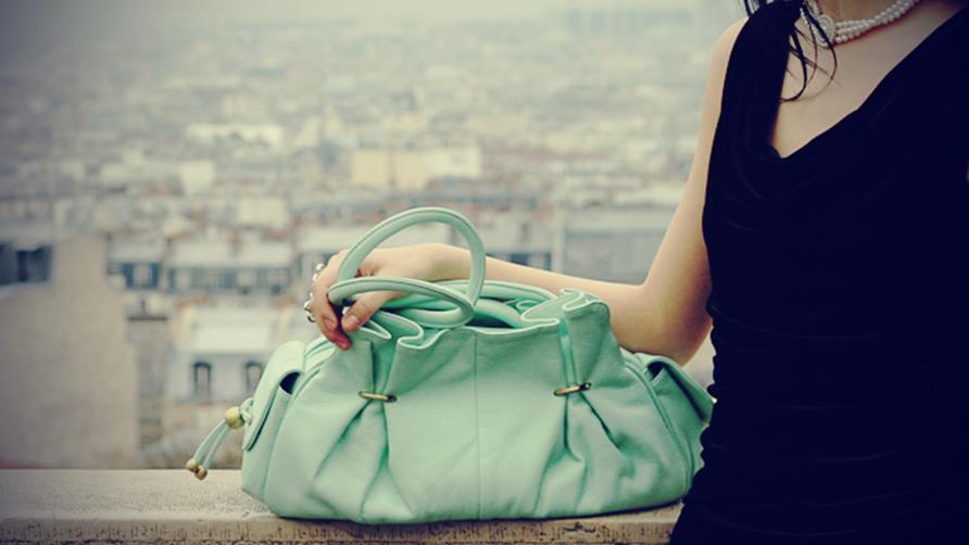 Porter et assortir un sac à main vert