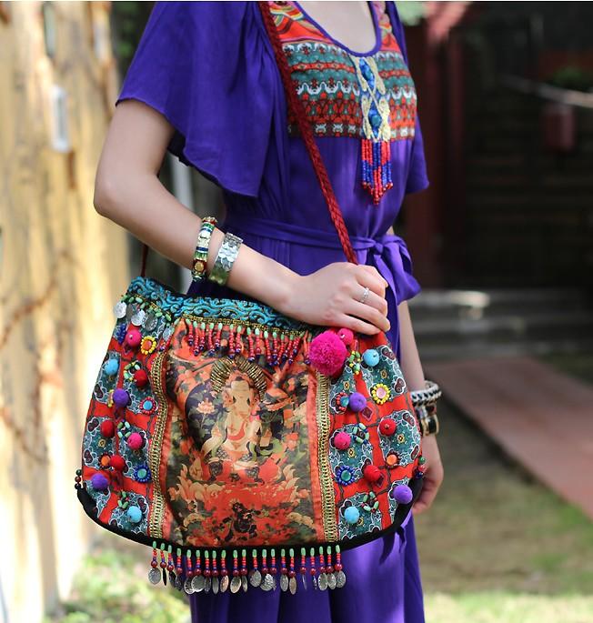Femme portant une besace ethnique