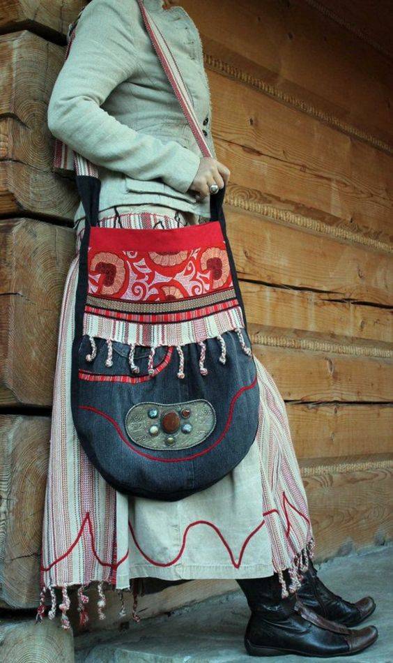femme portant un sac folk