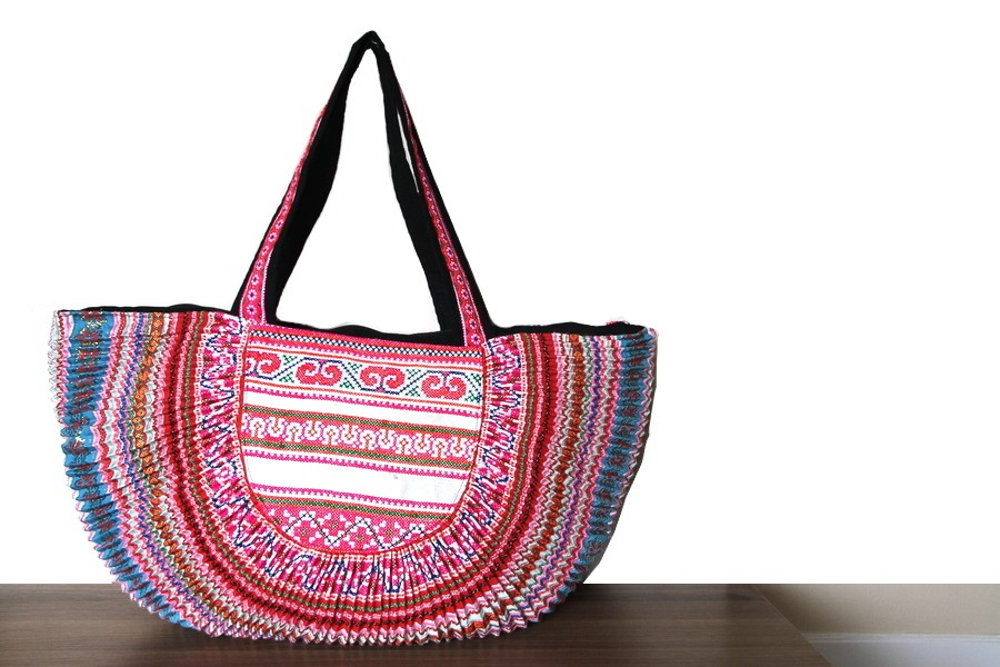 a26e6c6b5a ... le tissu, le velours. Ainsi, vous pouvez l'adapter à votre habillement  et créer votre propre style. C'est le sac unisexe très pratique à porter !